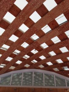 駅舎の屋根の構造がほんとうに美しくて見とれます。木造のアーチに繊維素材がぴんと張られています。